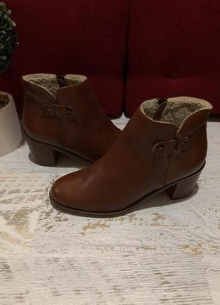 Новые натуральные фирменные ботинки на меху 40р.