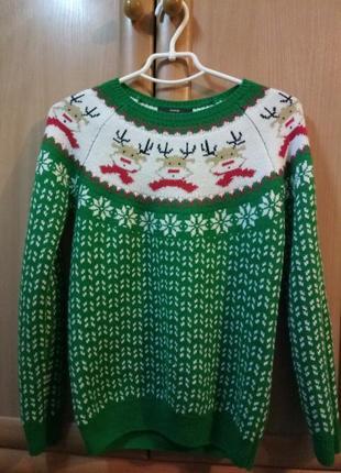 Новогодний свитер в узоры с оленями