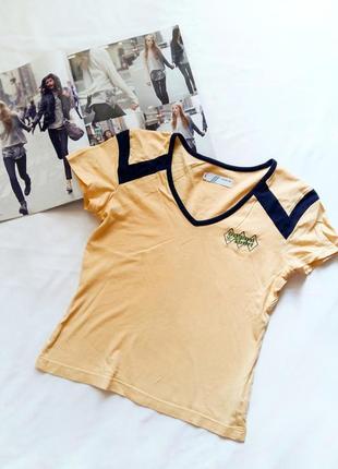 Желтая спортивная футболка adidas.