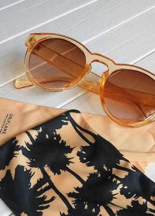 Женские солнцезащитные очки с полупрозрачной оправой