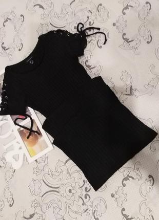 Платье со шнуровкой на рукавах