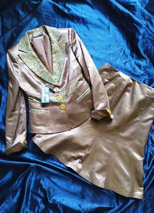 Классический золотистый костюм с юбкой маленький размер