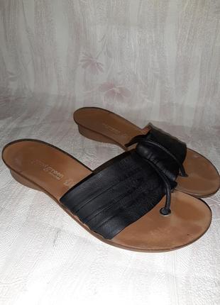 Чёрные кожаные шлёпки вьетнамки на низком ходу