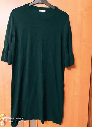 Теплое платье красивого   темно -изумрудного цвета