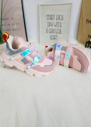 Кроссовки для девочек в стиле бренда.