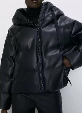 Пуховик куртка трендовый объемный укороченный черный из эко кожи с капюшоном