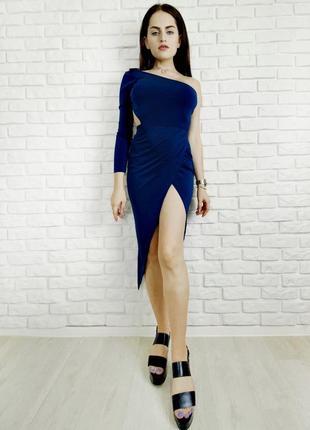 Синее вечернее платье миди с разрезом на одно плечо с длинным рукавом