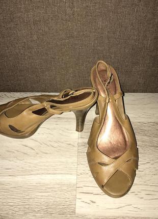 Золотистые туфли для танцев