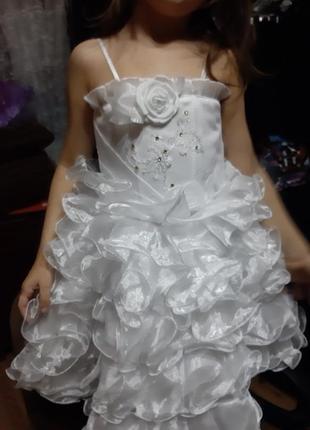 Продам нарядное белое платье,на рост 98-110 корсет, роза