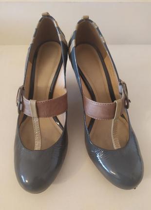 Стильные туфли на пряжке от clarks
