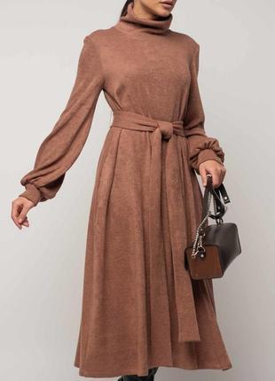 Женское свободное однотонное платье а-силуэта под горло с поясом