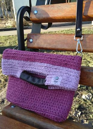 Женская сумка с трикотажной пряжи с кожаными ручками.