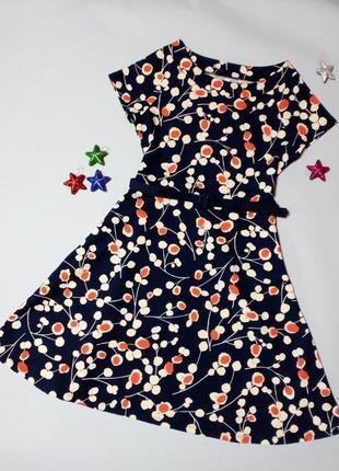 Приталенное фактурное платье с поясом