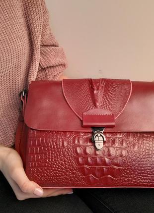 Стиная бордовая кожаная сумка с тиснением