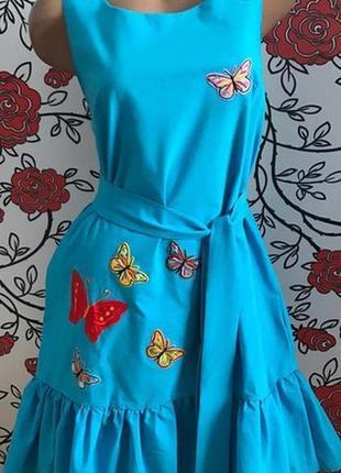 Голубое платье с бабочками по бокам карманы