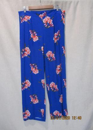 Яркие вискозные широкие штаны в цветочный принт/летние