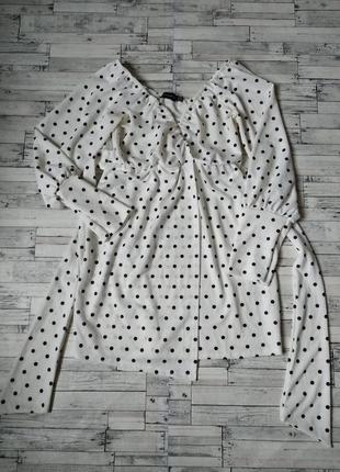 Красивое белое платье prettylittlething на запах в черный горошек женское
