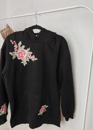 Чёрное худи с вышивкой