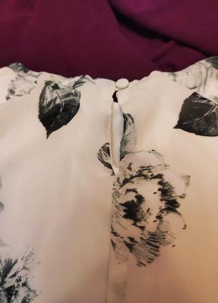 Платье белое бежевое серое в чёрный цветочный принт прямое классическое атмосфера3 фото