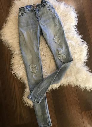 Классные джинсы светлые потертости рваности