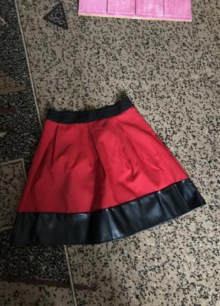 Красная юбка с высокой талией