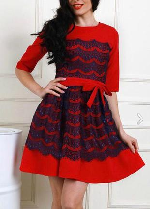 Красное платье с синим гипюром