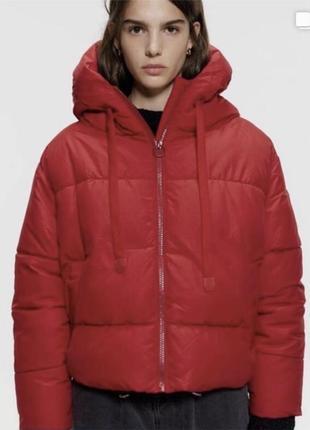 Модный красный пуховик (пуфер) zara с капюшоном. размер xs