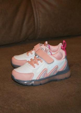 Замечательные кроссовки со светящейся подошвой