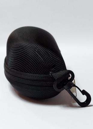 Черный футляр на замочке для очков