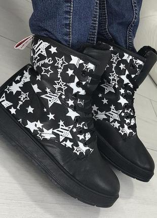 Черные стильные ботинки со звёздами