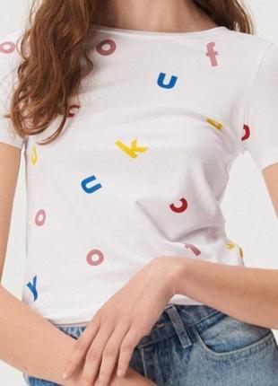 Новая футболка с разноцветным принтом на белом фоне с биркой из магазина