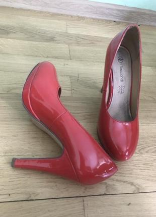 Червоні лаковані туфлі (взуття, на каблуку, лабутени)