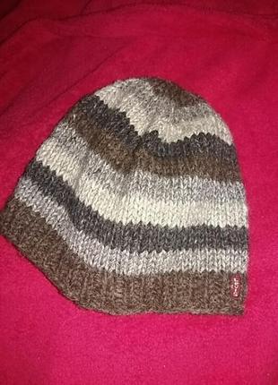 Красивая зимняя шапка. levis.