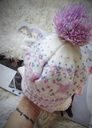Белая зимняя шапка с помпоном