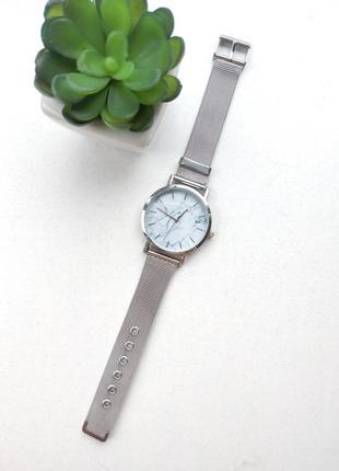Мраморные часы на металлическом ремешке