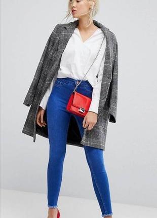 Базовые синие джинсы с высокой посадкой и рваной отделкой