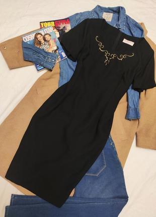 Платье чёрное классическое костюмка с золотым принтом миди richards