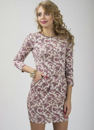 Красивое платье с модным принтом