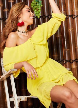 Очень женственное ярко желтое летнее платье с открытыми плечами рюшами missyempire