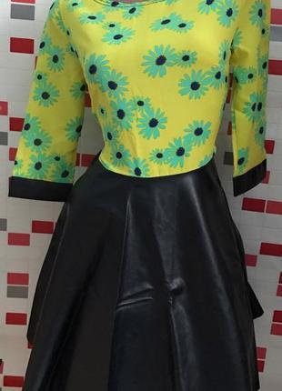Платье в цветах низ под кожу