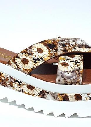 Модные шлёпки с цветочным принтом на тракторной подошве