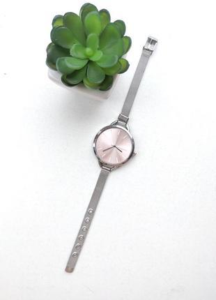 Часы на изящном ремешке