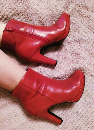 Италия красные идеальные ботильоны ботиночки на каблуке классика удобные яркие качество
