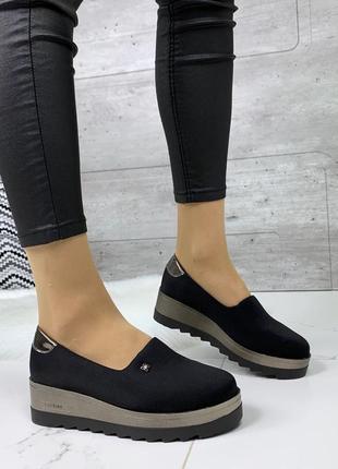 Чёрные туфли на платформе.