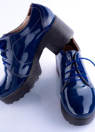 Шкіряні лакові туфлі на платформі