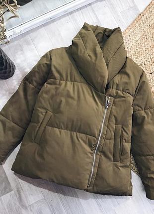 Актуальная трендовая дутая куртка цвета хаки от zara