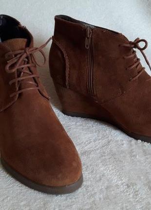 Натуральные замшевые ботинки на танкетке фирмы gortz