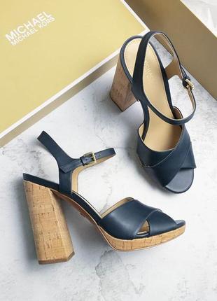Michael kors оригинал кожаные темно-синие босоножки на широком каблуке