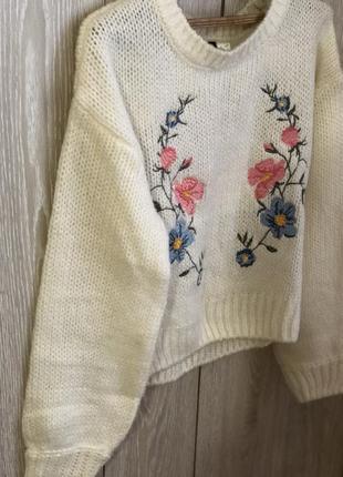 Красивый свитер с вышивкой