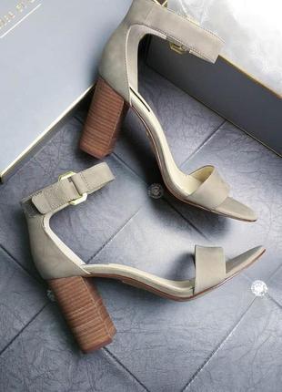 Louise et cie оригинал серо-бежевые кожаные босоножки на широком каблуке